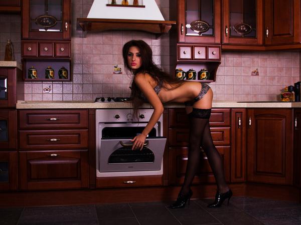 3Жена готовила еду на кухне голая видео